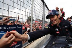 Ganador de la carrera Mark Webber, Red Bull Racing celebra después de la carrera
