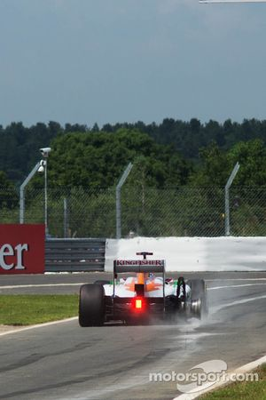 Paul di Resta, Sahara Force India enters the pits at the end of the opening lap with a puntured rear