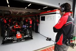 Rio Haryanto, Marussia F1 Team testrijder in de pits, met Marc Hynes, Marussia F1 Team Driver Coach