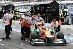 Paul di Resta, Sahara Force India pushed through the pits