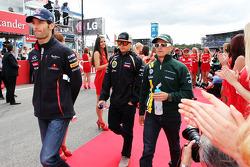 Mark Webber, Red Bull Racing con equipo de F1 Lotus, Kimi Raikkonen y Heikki Kovalainen, Caterham en el desfile de pilotos