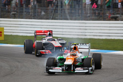 Nico Hulkenberg, Sahara Force India F1 leads Jenson Button, McLaren