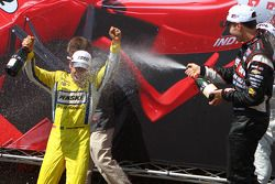 Victory lane: winner Helio Castroneves, Team Penske Chevrolet and third place Will Power, Verizon Te