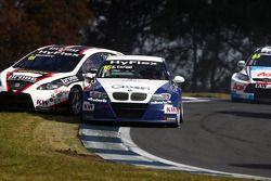 Tiago Monteiro, SEAT Leon WTCC, Tuenti Racing Team en Alberto Cerqui, BMW 320 TC, ROAL Motorsport