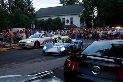 Racewagens verlaten Elkhart Lake na Friday Concours. #11 1965 Lola T70 MkI : Marc Devis