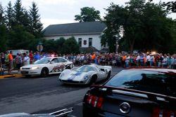 Racewagens verlaten Elkhart Lake na Friday Concours.