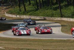Lola T70svoor de start van de Feature Marque race. #1 1969 Lola T70 MkIIIb : Peter Kitchak #18 1969