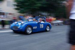 Racewagens verlaten Elkhart Lake na Friday Concours. #119 1960 Austin Healy Sprite: Terry Davis