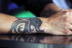 Un tatuaje en el brazo de Kimi Raikkonen, Lotus F1 Team en la Conferencia de prensa FIA