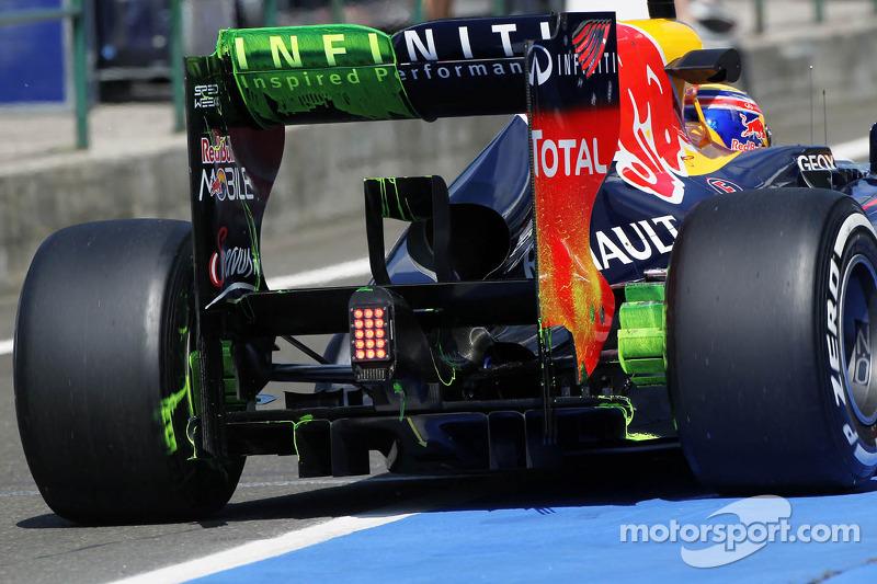 Flow-vis verf op de achtervleugel en diffuser van Mark Webber, Red Bull Racing