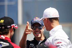 Timo Glock, Marussia F1 Team; Sebastian Vettel, Red Bull Racing; ve Michael Schumacher, Mercedes AMG