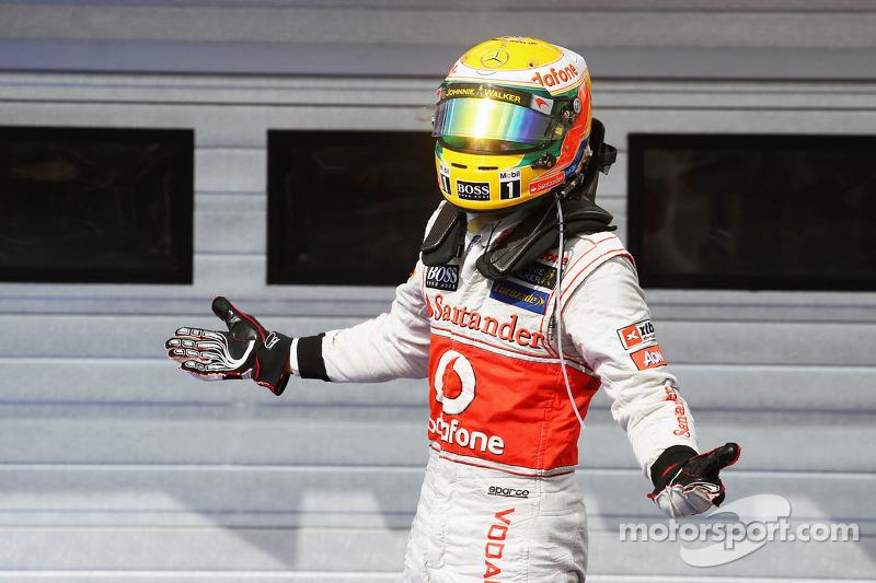 Yarış galibi Lewis Hamilton, McLaren kutlama yapıyor kapalı park