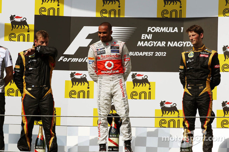 Podio: Kimi Raikkonen, Lotus F1 Team, segundo lugar; Lewis Hamilton, McLaren ganador de la carrera y