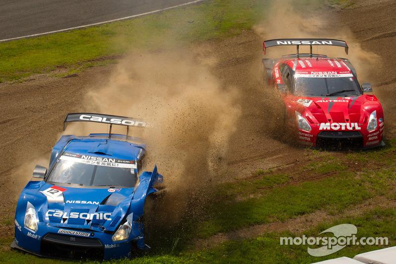 GT500 start: #12 Team Impul Nissan GT-R: Joao Paulo de Oliveira, Tsugio Matsuda en #23 Nismo Nissan