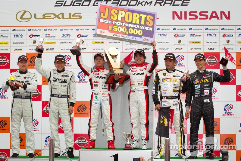GT300 podium: winnaars Yuhi Sekiguchi en Katsumasa Chiyo, 2de Hironori Takeuchi en Haruki Kurosawa,