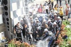 Victory lane: winnaar Jimmie Johnson, Hendrick Motorsports Chevrolet