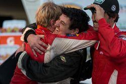 Peter Baron met knuffel voor Ryan Dalziel