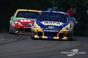 Martin Truex Jr., Michael Waltrip Racing Toyota - Kyle Busch, Joe Gibbs Racing Toyota