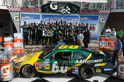 Victory lane: race winner Carl Edwards, Roush Fenway Ford