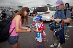 Cyndie Allemann signe des autographes