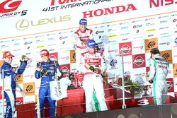 GT500 podium: winners Masataka Yanagida and Ronnie Quintarelli, second place Yuji Kunimoto and Andrea Caldarelli, third place Hironobu Yasuda and Bjorn Wirdheim