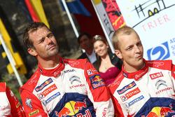 El podio: El ganador Sébastien Loeb, segundo lugar Mikko Hirvonen, del Citroën Total World Rally Tea