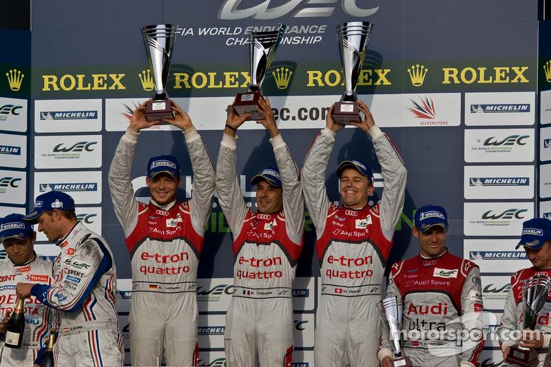 LMP1 podium: winnaars Andre Lotterer, Benoit Tréluyer, Marcel Fässler, 2de Nicolas Lapierre, Kazuki