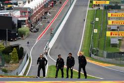 Pedro De La Rosa, HRT Formula 1 Team camina en el circuito en Eau Rouge