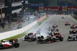 Startunfall mit Lewis Hamilton, McLaren, Romain Grosjean, Lotus F1, Fernando Alonso, Ferrari, Kamui