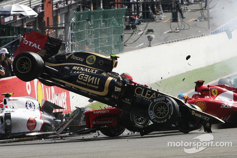 Un accidente en el inicio con Lewis Hamilton, McLaren, Romain Grosjean, Lotus F1, Fernando Alonso, Ferrari, Kamui Kobayashi, Sauber