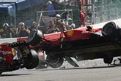 Startunfall von Lewis Hamilton, McLaren; Romain Grosjean, Lotus F1; Fernando Alonso, Ferrari; Kamui