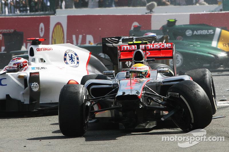 Un accidente en el inicio con Lewis Hamilton McLaren y Kamui Kobayashi, Sauber