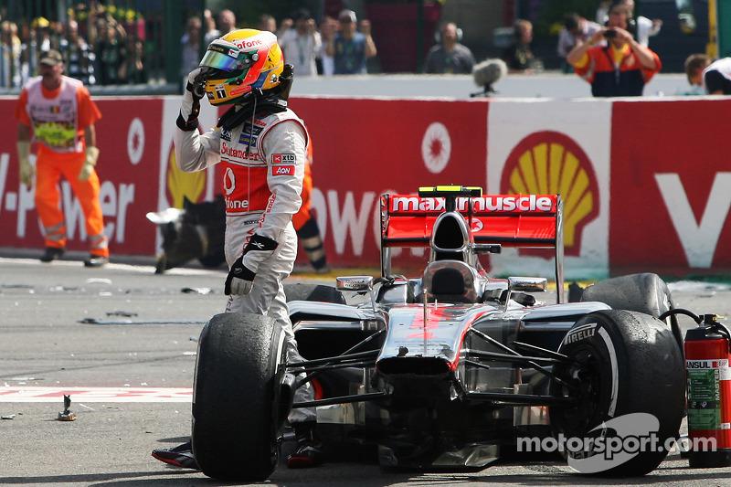 Lewis Hamilton, McLaren después de que estuvo involucrado en un accidente en el inicio