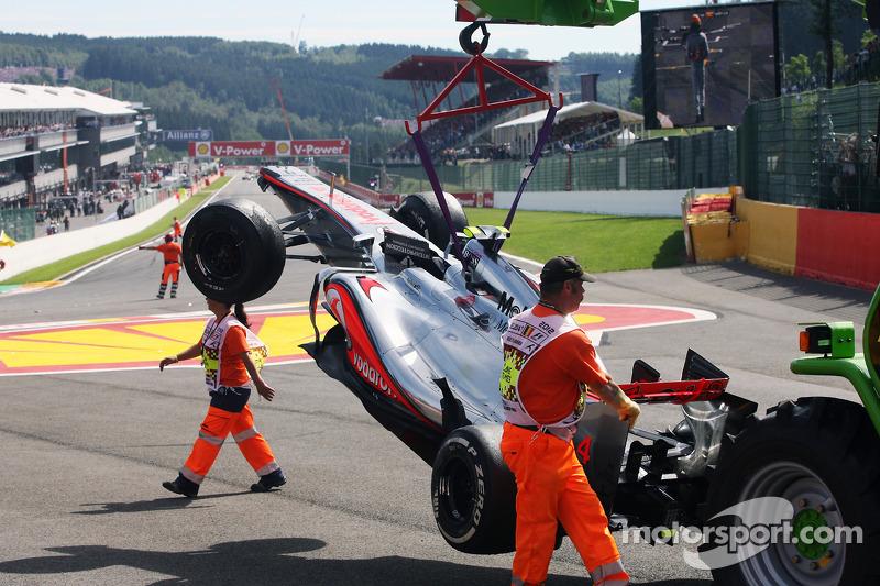 El McLaren de Lewis Hamilton, McLaren después de un accidente al comienzo
