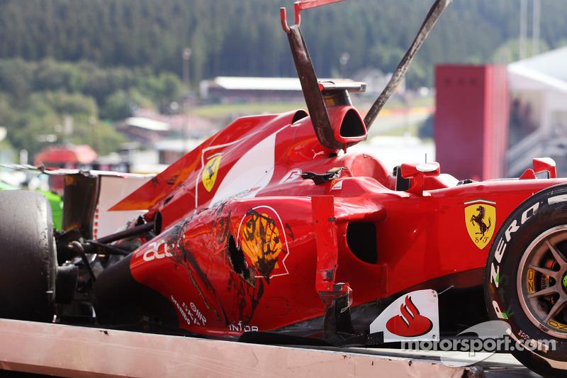 El Ferrari de Fernando Alonso, Ferrari se estiró lejos después de un accidente al comienzo