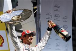 Ganador de la carrera Jenson Button, McLaren celebra en el podio