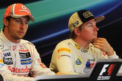 Ganador de la carrera Jenson Button, McLaren y Kimi Raikkonen, Lotus F1 Team en la Conferencia de prensa FIA