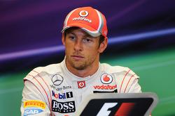 Ganador Jenson Button, de McLaren en la Conferencia de prensa FIA