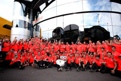 Ganador de la carrera Jenson Button, McLaren celebra con el equipo
