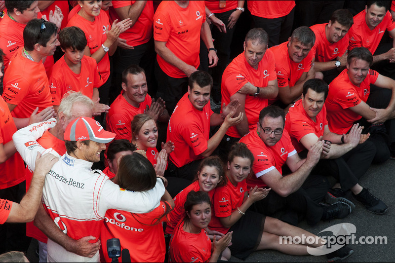 Race winner Jenson Button, McLaren celebrates with father John Button, and the team