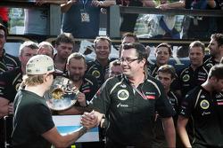 Kimi Raikkonen, Lotus F1 Team celebra su tercera posición con Eric Boullier, director del equipo Lot