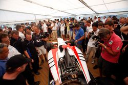 De media en GP3 teams bekijken de GP3-13 wagen