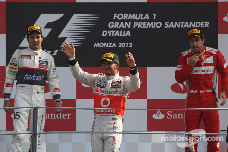 Podio: ganador de la carrera Lewis Hamilton, McLaren Mercedes, segundo lugar Sergio Pérez, Sauber F1 Team y tercero Fernando Alonso, Scuderia Ferrari