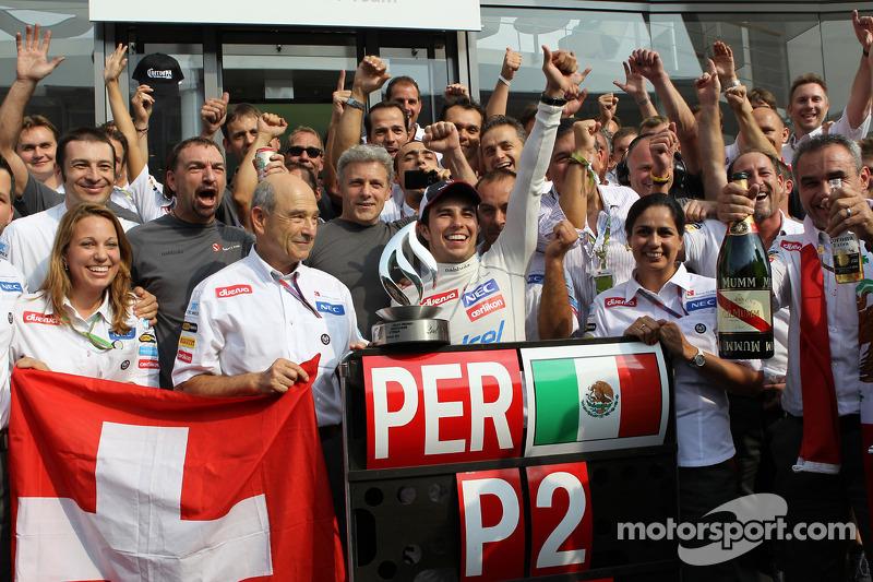 Segundo lugar Sergio Pérez, Sauber F1 Team celebra con el equipo de Peter Sauber, director del equipo Sauber