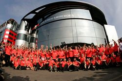 Ganador de la carrera Lewis Hamilton, McLaren celebra con el equipo