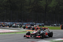 Lewis Hamilton, McLaren mène après le départ