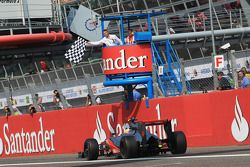 Ganador de la carrera Lewis Hamilton, McLaren lleva la bandera a cuadros al final de la carrera