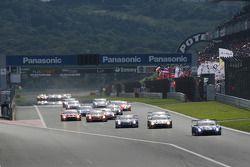 GT500 start: #12 Team Impul Nissan GT-R: Joao Paulo de Oliveira, Tsugio Matsuda aan de leiding