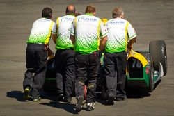 Car of Simona de Silvestro, HVM Racing Lotus pushed back to the garage after engine trouble