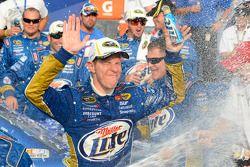 Victory lane: winnaar Brad Keselowski, Penske Racing Dodge